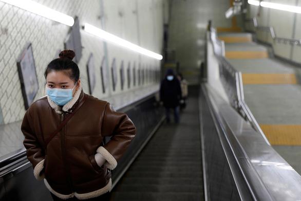 Hàng trăm triệu người Trung Quốc quay lại làm việc giữa dịch corona - Ảnh 1.