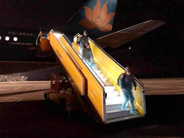 48 công dân Việt Nam đã được đưa từ Trung Quốc về đến Vân Đồn - Ảnh 2.