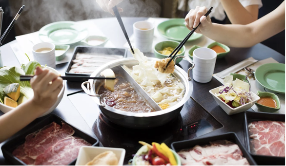 9 người cùng gia đình ở Hong Kong nhiễm nCoV sau tiệc lẩu, thịt nướng - Ảnh 1.