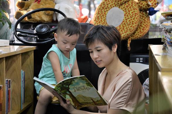 Khoảnh khắc đẹp: Mẹ đọc sách cùng con - Ảnh 1.