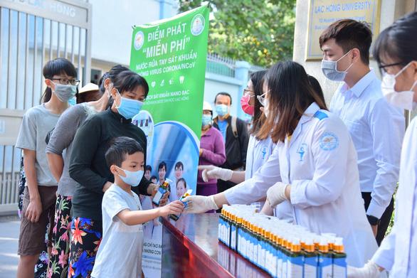 Ý kiến trái chiều việc nhiều trường tự làm nước rửa tay sát khuẩn - Ảnh 1.