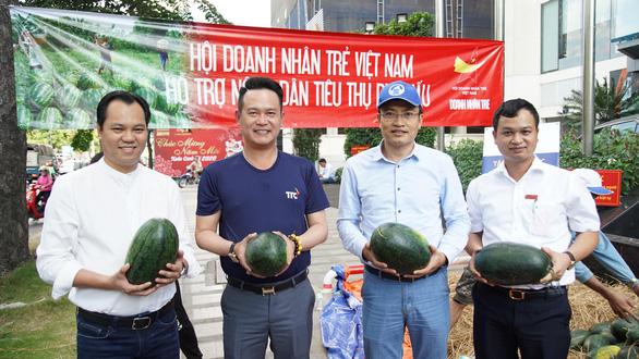 Hội Doanh nhân trẻ giải cứu 20 tấn dưa hấu cho nông dân, bán giá tùy tâm - Ảnh 1.