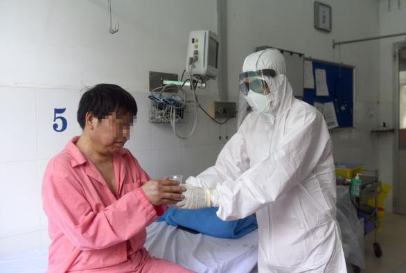 Chiều nay 12-2, hai cha con bệnh nhân Trung Quốc ở Bệnh viện Chợ Rẫy xuất viện - Ảnh 1.