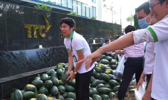 Hội Doanh nhân trẻ giải cứu 20 tấn dưa hấu cho nông dân, bán giá tùy tâm - Ảnh 4.