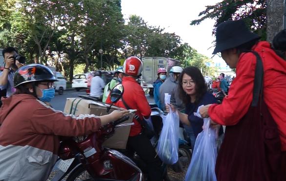 Hội Doanh nhân trẻ giải cứu 20 tấn dưa hấu cho nông dân, bán giá tùy tâm - Ảnh 5.
