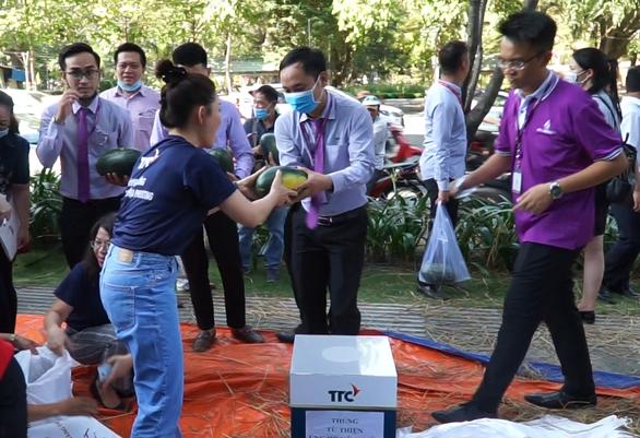 Hội Doanh nhân trẻ giải cứu 20 tấn dưa hấu cho nông dân, bán giá tùy tâm - Ảnh 2.