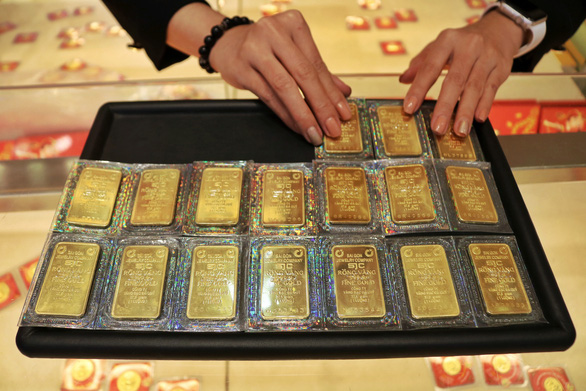 Giá vàng thế giới rớt mạnh, về gần ngang giá vàng trong nước - Ảnh 1.