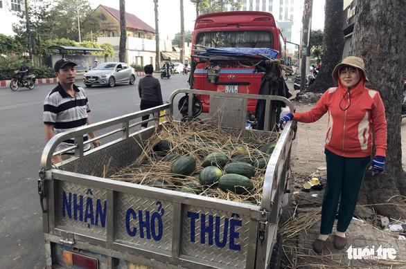 Bỏ tiền túi mua 10 tấn dưa hấu 'giải cứu' rồi phát miễn phí cho dân - Ảnh 3.