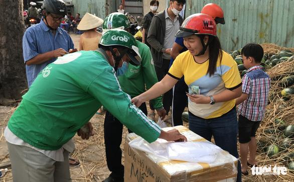 Bỏ tiền túi mua 10 tấn dưa hấu 'giải cứu' rồi phát miễn phí cho dân - Ảnh 7.