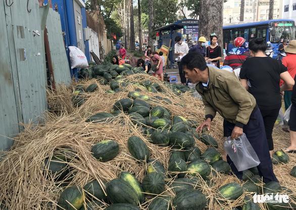 Bỏ tiền túi mua 10 tấn dưa hấu 'giải cứu' rồi phát miễn phí cho dân - Ảnh 8.