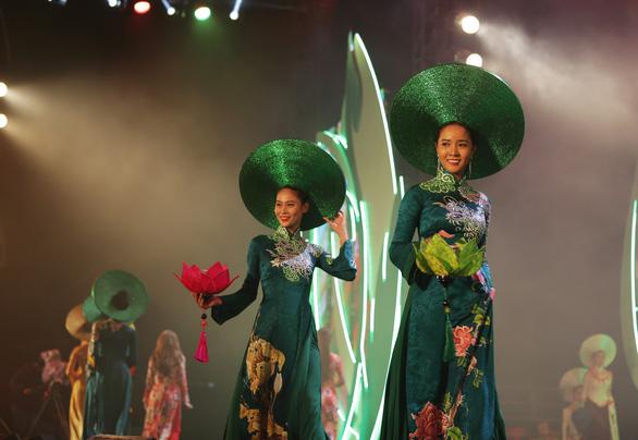 Lụa Bảo Lộc xuất hiện cùng trang phục các nguyên thủ tại APEC - Ảnh 2.