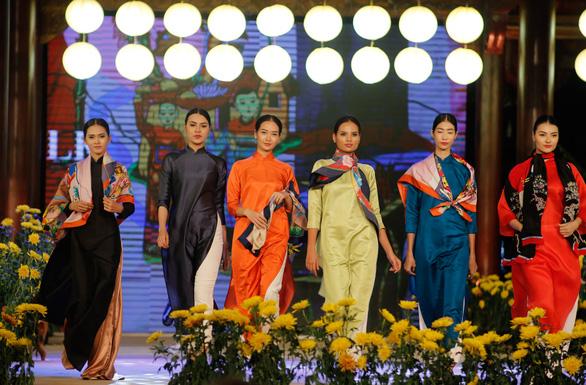 Lụa Bảo Lộc xuất hiện cùng trang phục các nguyên thủ tại APEC - Ảnh 3.