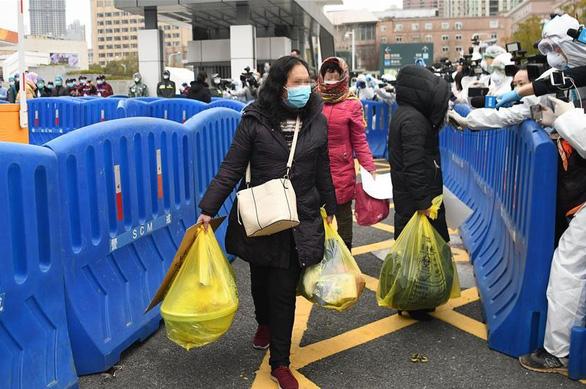 28 người nhiễm virus corona ở bệnh viện dã chiến Vũ Hán xuất viện - Ảnh 2.