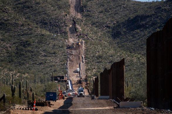 Khu chôn cất thiêng liêng của người bản địa bị cho nổ để xây tường biên giới - Ảnh 1.