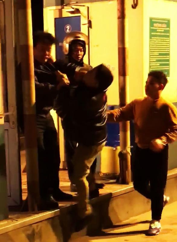 2 người tự xưng công an đánh nhân viên trạm BOT - Ảnh 1.
