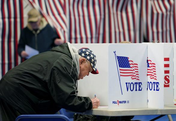 Bầu cử sơ bộ Mỹ: Ông Bernie Sanders dẫn đầu trong Đảng Dân chủ - Ảnh 2.