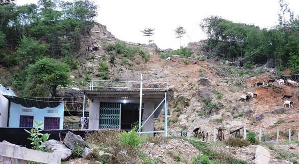 Nạn nhân vụ sạt lở núi Cô Tiên chưa được tái định cư lại bị buộc dỡ nhà tạm - Ảnh 2.