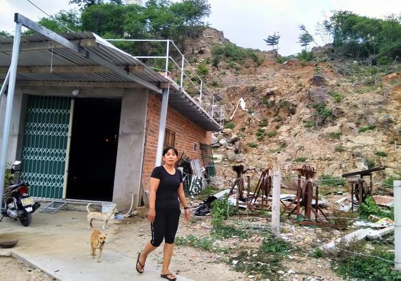 Nạn nhân vụ sạt lở núi Cô Tiên chưa được tái định cư lại bị buộc dỡ nhà tạm - Ảnh 1.