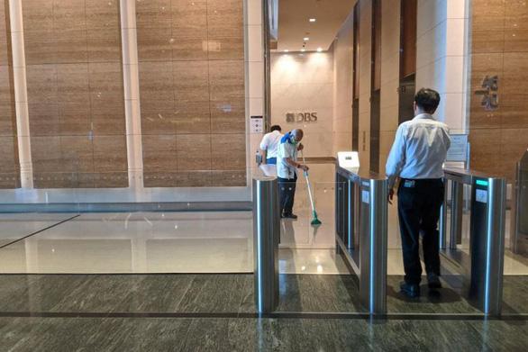 300 nhân viên ngân hàng Singapore sơ tán vì một đồng nghiệp nhiễm corona - Ảnh 1.