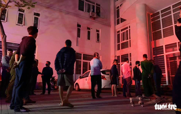 Cứu 7 người ở khu nhà ở sinh viên 9 tầng bị cháy trong đêm - Ảnh 1.
