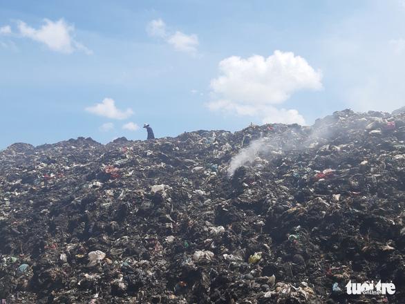 Bãi rác cháy liên tiếp 2 ngày, dân kêu cứu vì khói bụi gây ô nhiễm - Ảnh 4.