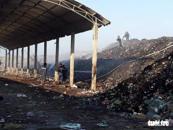 Bãi rác cháy liên tiếp 2 ngày, dân kêu cứu vì khói bụi gây ô nhiễm - Ảnh 3.