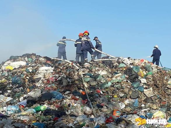 Bãi rác cháy liên tiếp 2 ngày, dân kêu cứu vì khói bụi gây ô nhiễm - Ảnh 1.