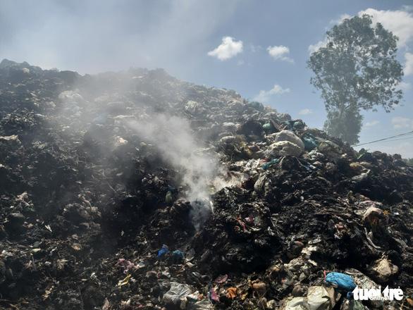 Bãi rác cháy liên tiếp 2 ngày, dân kêu cứu vì khói bụi gây ô nhiễm - Ảnh 5.