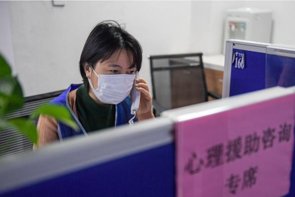 Trung Quốc lập nhiều đường dây nóng hỗ trợ tâm lý người dân - Ảnh 1.