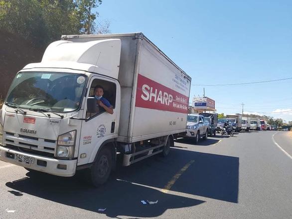 Xe đầu kéo bị tai nạn lật ven đường tiếp tục bị xe tải tông tiếp, quốc lộ 14 kẹt nhiều giờ - Ảnh 4.