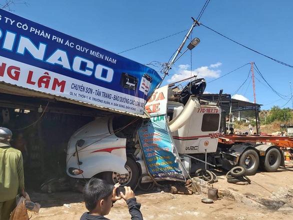Xe đầu kéo bị tai nạn lật ven đường tiếp tục bị xe tải tông tiếp, quốc lộ 14 kẹt nhiều giờ - Ảnh 3.