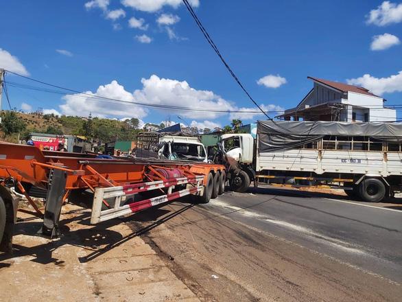 Xe đầu kéo bị tai nạn lật ven đường tiếp tục bị xe tải tông tiếp, quốc lộ 14 kẹt nhiều giờ - Ảnh 1.