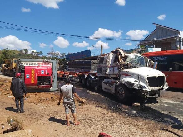 Xe đầu kéo bị tai nạn lật ven đường tiếp tục bị xe tải tông tiếp, quốc lộ 14 kẹt nhiều giờ - Ảnh 2.