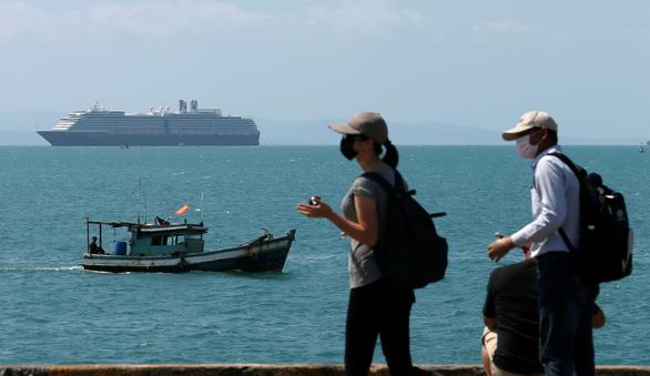 Dân Campuchia lo lắng vì du thuyền bị hắt hủi MS Westerdam cập cảng Sihanoukville - Ảnh 1.