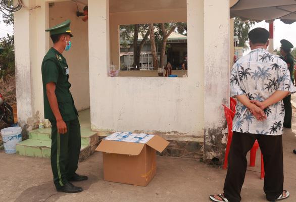 Cửa khẩu Tây Nam phát khẩu trang cho người nhập cảnh từ Campuchia - Ảnh 4.