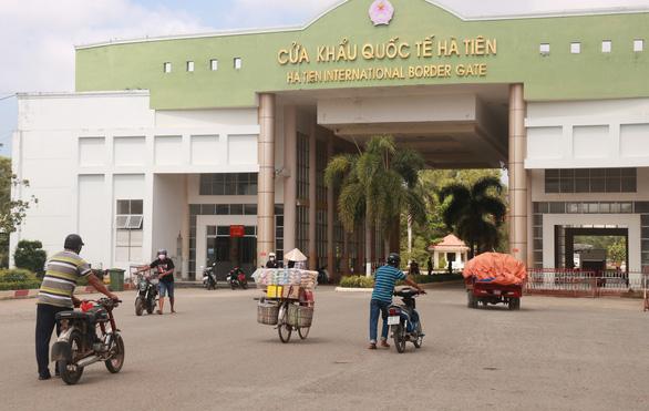 Cửa khẩu Tây Nam phát khẩu trang cho người nhập cảnh từ Campuchia - Ảnh 2.
