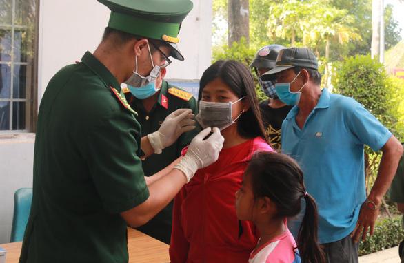 Cửa khẩu Tây Nam phát khẩu trang cho người nhập cảnh từ Campuchia - Ảnh 3.
