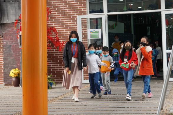 Bộ GD-ĐT: Chỉ cho học sinh đi học trở lại khi có biện pháp phòng chống virus corona - Ảnh 1.