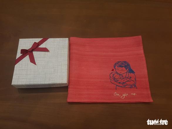 Độc đáo khăn tay gây… thương nhớ - Ảnh 3.