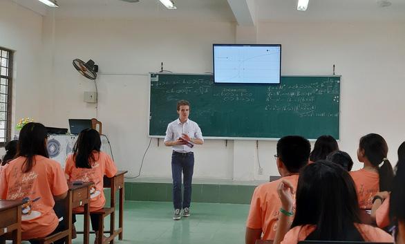 Sinh viên Pháp đến Việt Nam dạy toán - Ảnh 1.