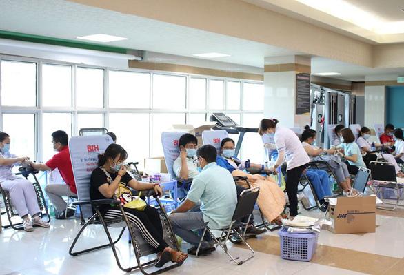Hàng trăm y, bác sĩ hiến máu cứu người trong mùa dịch - Ảnh 5.