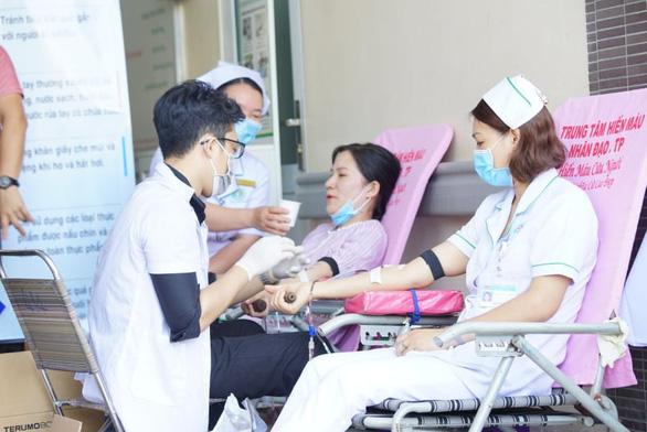 Hàng trăm y, bác sĩ hiến máu cứu người trong mùa dịch - Ảnh 3.