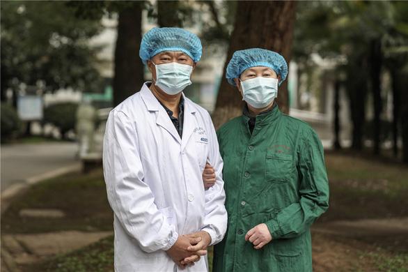 Những cặp đôi thầy thuốc cùng nhau chiến đấu chống COVID-19 cứu người - Ảnh 9.