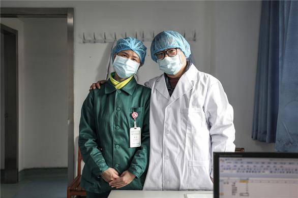 Những cặp đôi thầy thuốc cùng nhau chiến đấu chống COVID-19 cứu người - Ảnh 12.