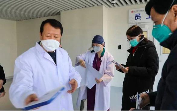 Doanh nhân Hong Kong đến Vũ Hán để vực dậy tinh thần y, bác sĩ - Ảnh 1.