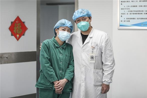 Những cặp đôi thầy thuốc cùng nhau chiến đấu chống COVID-19 cứu người - Ảnh 13.