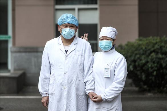 Những cặp đôi thầy thuốc cùng nhau chiến đấu chống COVID-19 cứu người - Ảnh 14.