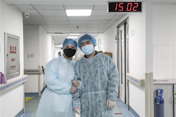 Những cặp đôi thầy thuốc cùng nhau chiến đấu chống COVID-19 cứu người - Ảnh 11.