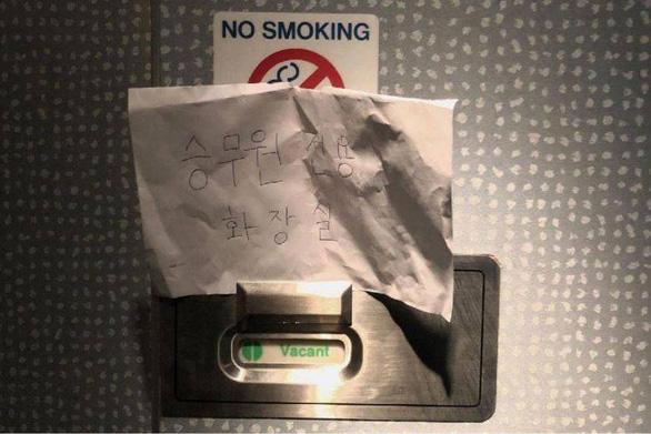 Lãnh đạo hãng bay gập người xin lỗi vì cấm khách xài toilet do sợ nhiễm virus corona - Ảnh 2.