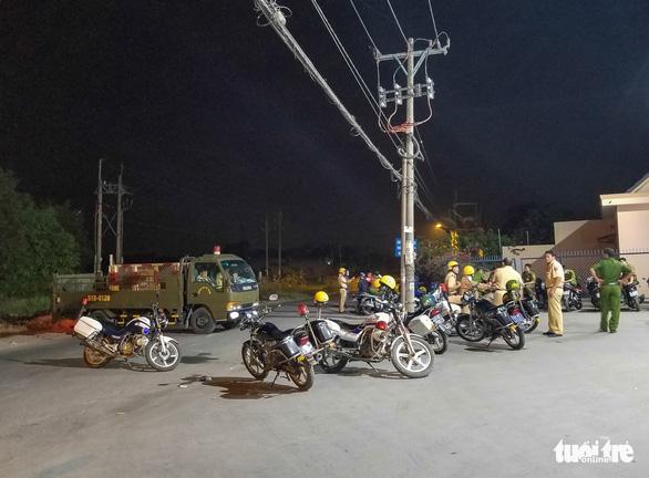 Tuấn 'khỉ' bị tiêu diệt, cảnh sát thâu đêm phong tỏa hiện trường - Ảnh 4.